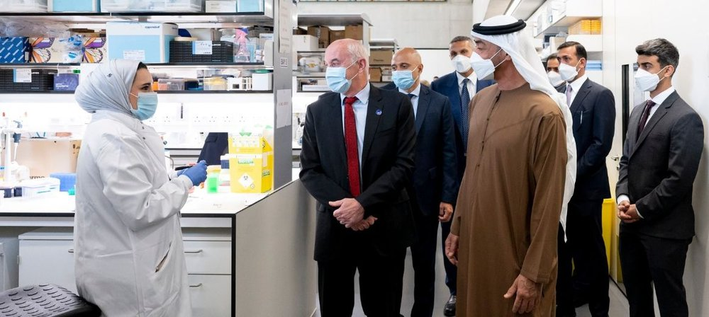 Researcher chats to His Highness Mohamed Bin Zayed in lab